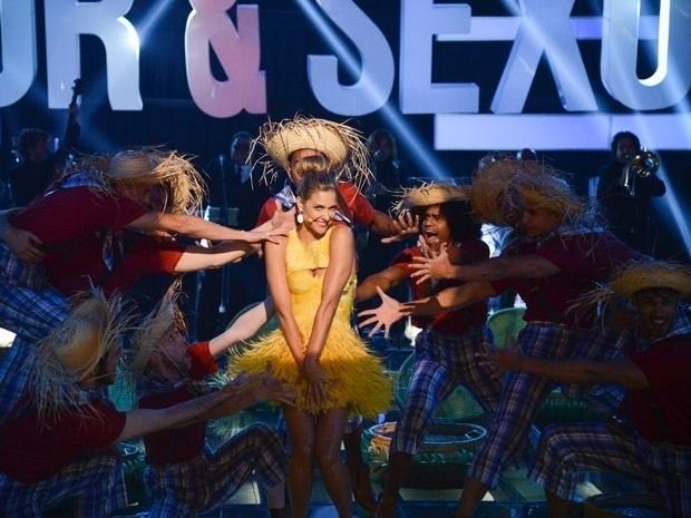 Vestida de pintinho amarelo, Fernanda Lima apresenta o programa de forma bem-humorada em outubro de 2013