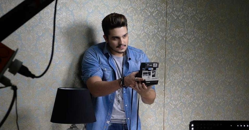 18.out.2014 - Luan Santana posa com câmera polaroid para campanha de moda