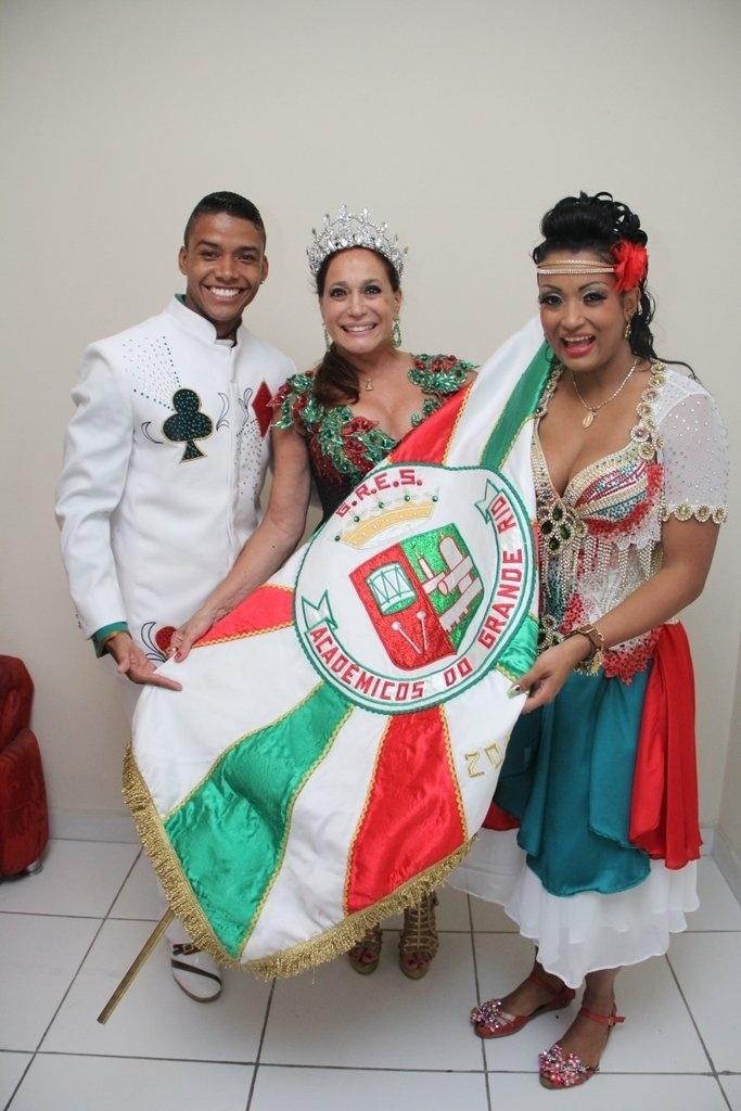 17.out.2014 - Susana Vieira recebe os cumprimentos do mestre sala e porta-bandeira da Grande Rio em sua coroação na quadra da escola de samba, no centro de Duque de Caxias, na Baixada Fluminense, nesta sexta-feira