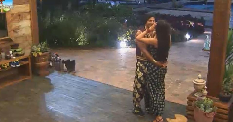 18.out.2014 - Antes de voltarem para a festa, Marlos e Débora se beijam na varanda