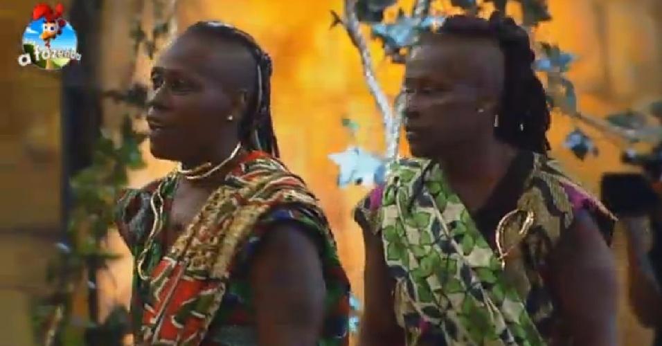 18.out.2014 - As irmãs Pepê e Neném cantam e dançam durante Festa África