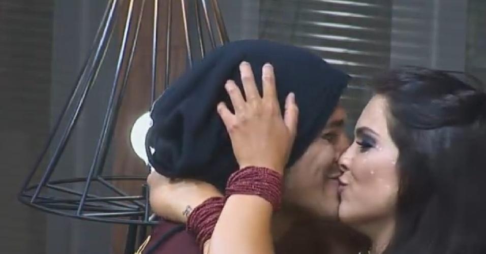 18.out.2014 - Enquanto os peões aproveitavam a Festa África, Marlos Cruz e Débora Lyra se beijavam na sede