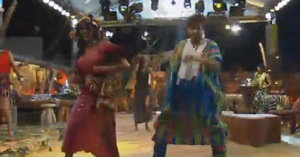 18.out.2014 - Lorena Bueri e Léo Rodriguez dançam durante festa