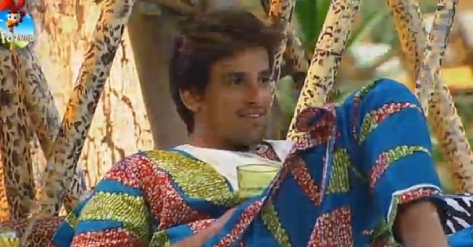 18.out.2014 - Sentado, Léo Rodriguez observa os outros peões durante a Festa África