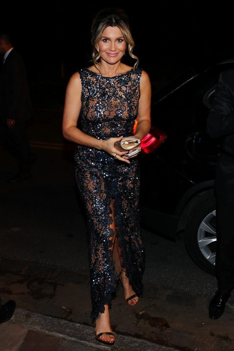 18.out.2014 - Com vestido brilhante, Flávia Alessandra comparece ao casamento do jornalista Bruno Astuto e do estilista Sandro Barros, em São Paulo