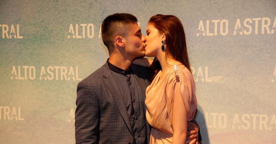 """18.out.2014 - Guilherme Leicam beija a namorada, Bruna, na festa de lançamento de """"Alto Astral"""", nova novela das sete da Globo"""