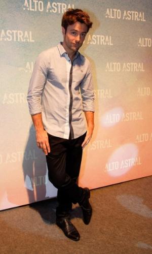 "18.out.2014 - Kayky Brito posa na festa de lançamento da novela ""Alto Astral"", de Daniel Ortiz"