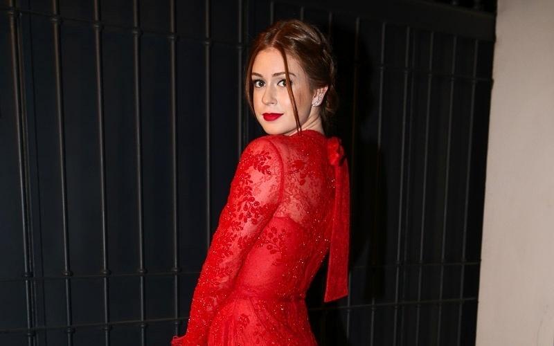 18.out.2014 - Marina Ruy Barbosa exibe vestido vermelho rendado ao chegar para o casamento do jornalista Bruno Astuto e do estilista Sandro Barros, em São Paulo