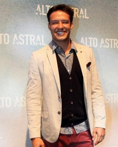 "18.out.2014 - Nando Rodrigues posa na festa de lançamento da novela ""Alto Astral"", de Daniel Ortiz"