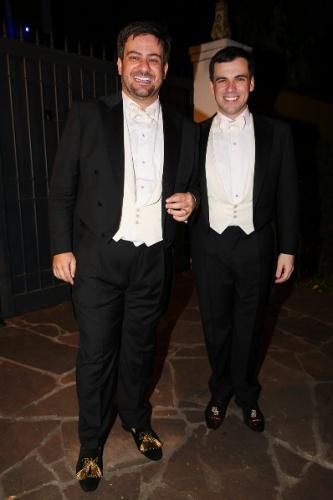 18.out.2014 - O jornalista Bruno Astuto e o estilista Sandro Barros posam juntos após se casarem em uma mansão no Jardim Europa, em São Paulo
