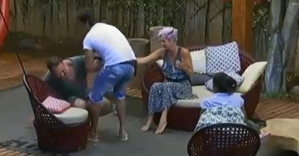 18.out.2014 - Leo Rodriguez ajuda Felipeh Campos levantar da cadeira em