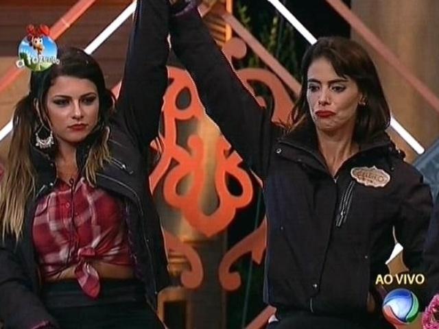 20.out.2014 - Babi Rossi e Heloisa Faissol comemoram imunidade recebida por MC Bruninha na quinta roça de