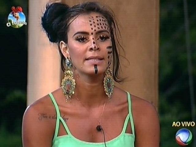 """20.out.2014 - Com rosto pintado em protesto contra um comentário de Heloisa Faissol, Lorena Bueri indica Pepê e Neném para a quinta roça de """"A Fazenda 7"""""""
