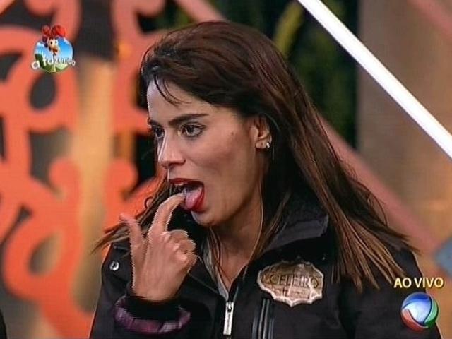 20.out.2014 - Heloisa Faissol faz gestos de reprovação ao ouvir o discurso de Lorena Bueri na quinta roça de