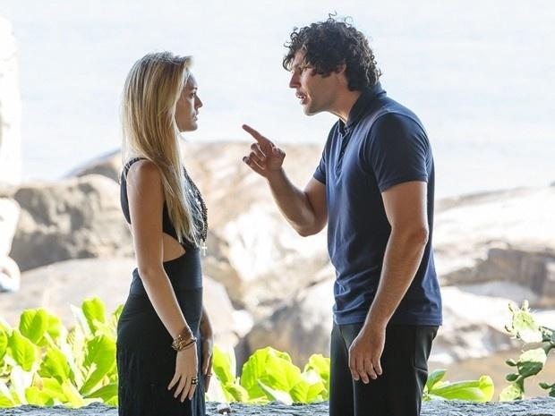 Arthur beija Megan, mas percebe que a loira já está enxergando e dispara: