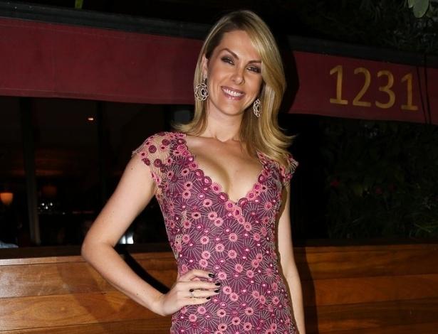 20.out.2014 - Ana Hickmann vai ao aniversário de 41 anos do amigo Rodrigo Faro em uma festa particular em um restaurante nos Jardins, zona sul de São Paulo, nesta segunda-feira