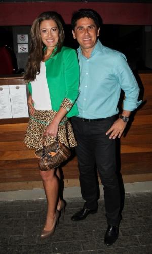 20.out.2014 - Elaine Mickely e César Filho vão ao aniversário de 41 anos do amigo Rodrigo Faro em uma festa particular em um restaurante nos Jardins, zona sul de São Paulo, nesta segunda-feira