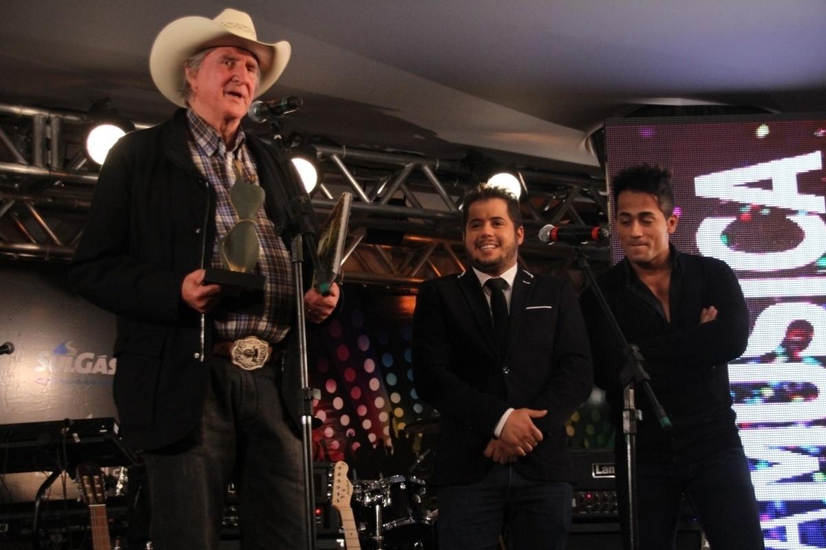 20.out.2014 - Famosos recebem prêmios na comemoração de 10 anos da Festa Nacional da Música 2014, em Canela, no Rio Grande do Sul, na noite desta segunda-feira