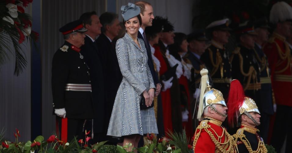 21.out.2014 - Ao lado do Príncipe William, Kate Middleton sorri em sua primeira aparição oficial após o anúncio de que está grávida pela segunda vez