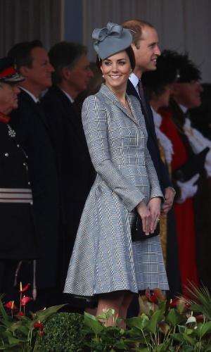 21.out.2014 - Ao lado do Príncipe William, Kate Middleton sorri em sua primeira aparição oficial após o anúncio de que está grávida pela segunda vez. Os Duques de Cambridge foram recepcionar o presidente de Cingapura, Tony Tan Keng Yam, em um hotel de Londres