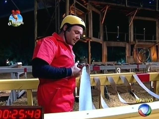 21.out.2014 - Calmamente, Felipeh Campos avança no circuito de obstáculos que compõe a sexta prova do fazendeiro de