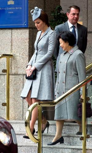 21.out.2014 - Kate Middleton deixa o hotel Royal Garden Hotel, em Londres, acompanhada de Mary Tan, mulher do presidente de Cingapura. Essa é a primeira aparição oficial da Duquesa desde o anúncio de que ela espera seu segundo filho com o Príncipe William