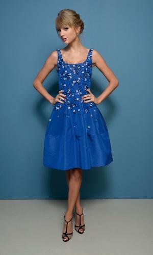 9.set.2013 - Taylor Swift usou um vestido azul bordado com saia acima dos joelhos