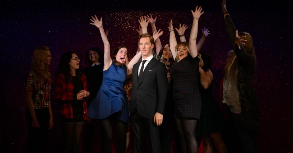 Fãs posam com a estátua de cera do ator Benedict Cumberbatch, inaugurada no museu Madame Tussauds, em Londres