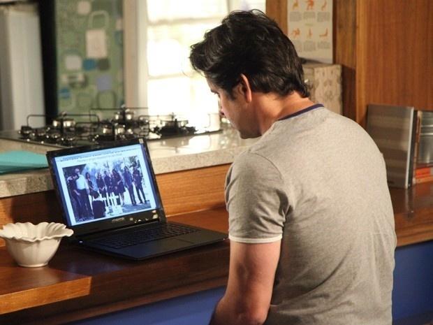 Jonas (Murilo Benício) procura pistas do filho na internet após descobrir os nomes dos pais adotivos no orfanato. O dono da Marra vê foto do enterro do casal e leva um susto ao ver que essa é a história de Davi (Humberto Carrão)