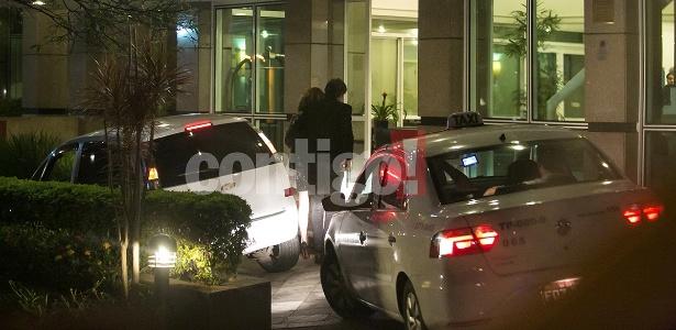 """Nathalia Dill e Sérgio Guizé chegam juntos a hotel de São Paulo após a festa da novela """"Alto Astral"""""""