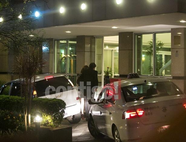 Revista divulga fotos de Dill e Guizé chegando juntos a hotel