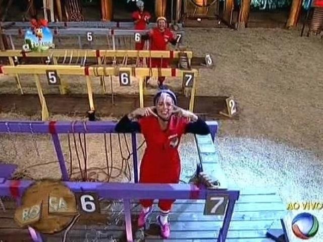 """21.out.2014 - Bruna Tang derrota Lorena Bueri no desempate da prova do fazendeiro e se livra da roça em """"A Fazenda 7"""""""