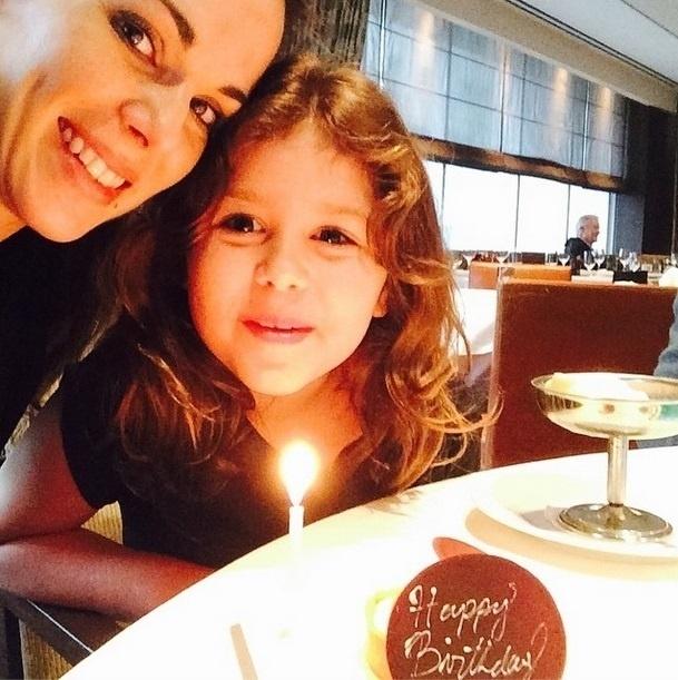 22.out.2014 - Ana Furtado comemora aniversário e publica selfie com a filha, Isabella