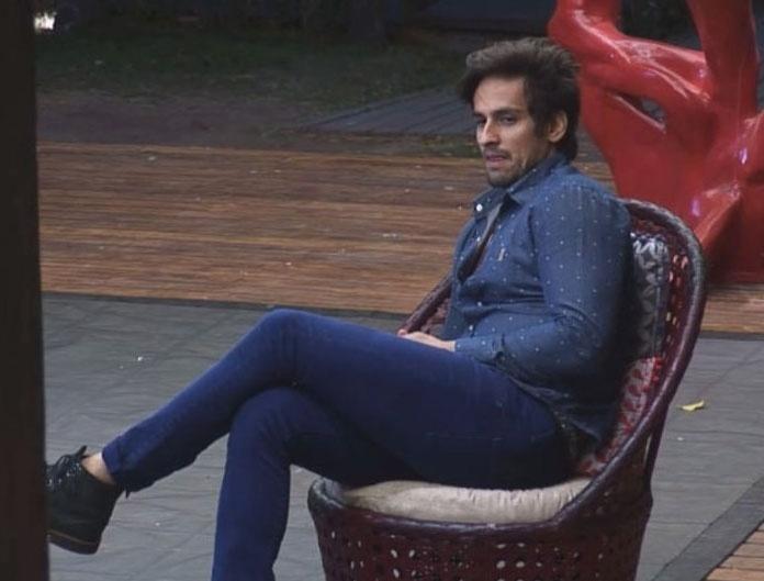 22.out.2014 - Leo Rodriguez desabafa na varanda sobre relacionamento com Babi