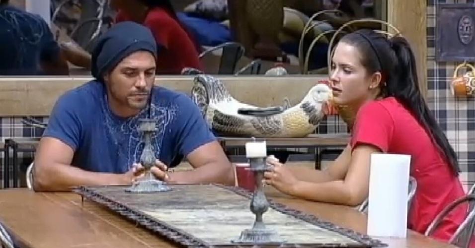 22.out.2014 - Marlos Cruz e Débora Lyra discutem o relacionamento na cozinha