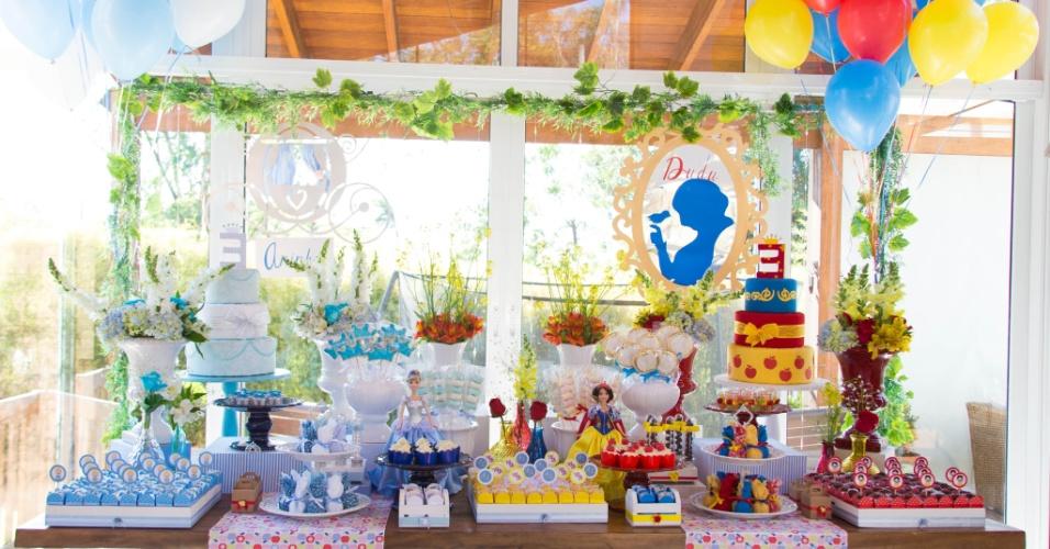 álbum com decorações de festas para gêmeos | As gêmeas Aninha e Dudu escolheram o tema das princesas para celebrar o aniversário. Uma das meninas optou pela Cinderela e a outra pela Branca de Neve