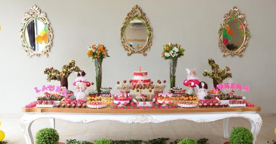 álbum com decorações de festas para gêmeos | A festa de aniversário de um ano das irmãs Lorena e Laura teve como tema as fadas. A mesa foi toda decorada com vasos de plantas e flores