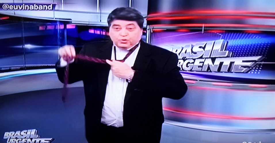 23.out.2014 - José Luiz Datena troca de gravata ao vivo no programa