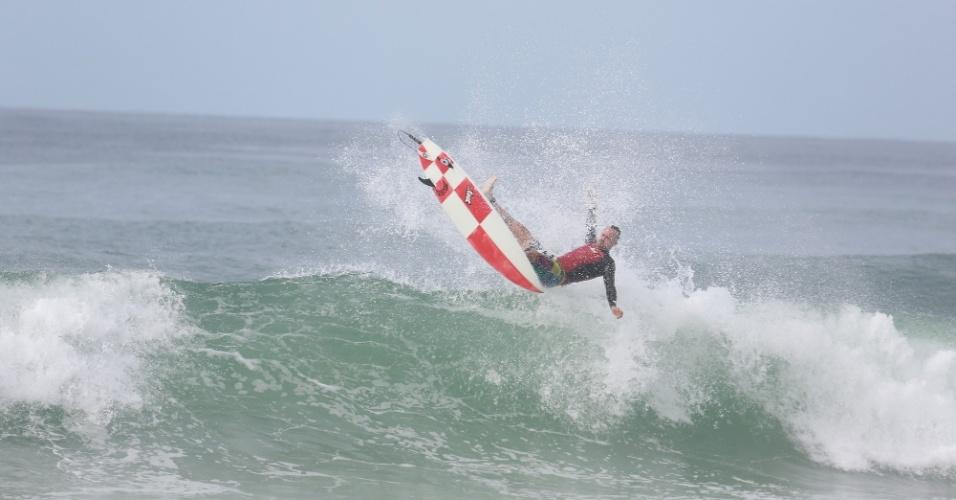 23.out.2014 - Paulinho Vilhena cai da prancha ao surfar na praia da Reserva, no Rio de Janeiro