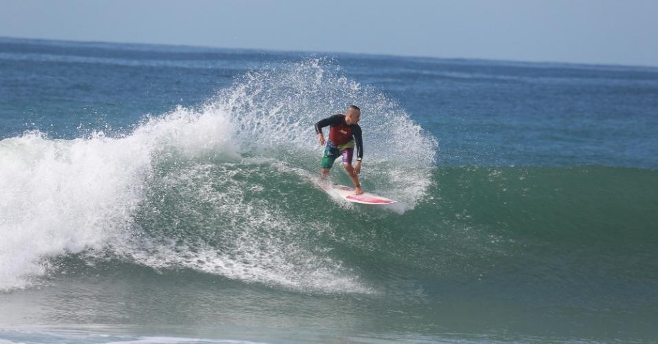"""23.out.2014 - Rômulo Neto, o Robertão de """"Império"""", surfa na praia da Reserva, no Rio de Janeiro"""