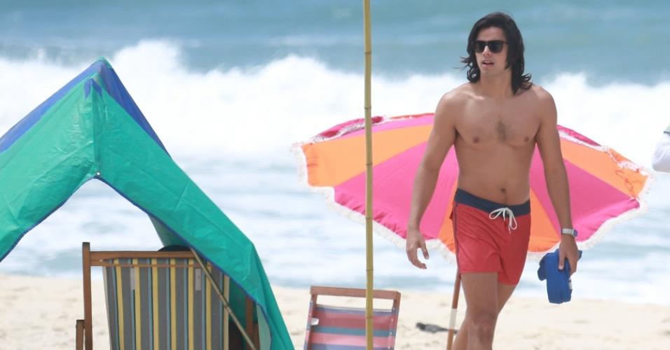"""23.out.2014 - Sem camisa, Rodrigo Simas grava cenas de seu personagem, Beto, de """"Boogie Oogie"""" na praia da Macumba, no Rio de Janeiro"""