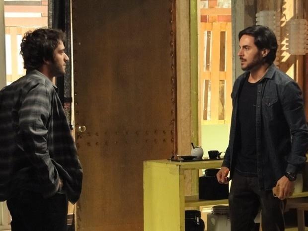 A descoberta de que Jonas (Murilo Benício) é o seu verdadeiro pai deixou Davi ( Humberto Carrão) com muita raiva. Ele não se conforma com a grande mentira que envolve todo o seu passado e vai tirar satisfação com Herval (Ricardo Tozzi) na Plugar.