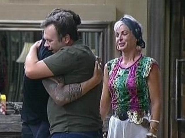 23.out.2014 - Felipeh Campos retorna para a sede depois da eliminação de Lorena Bueri e é abraçado por Leo Rodriguez em