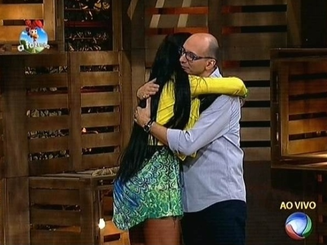 23.out.2014 - Lorena Bueri se despede de Britto Jr. depois de ser eliminada de