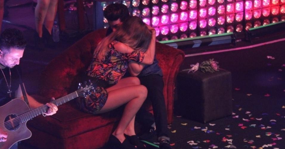 """23.out.2014 - Luan Santana faz show em São Gonçalo, no Rio de Janeiro, na noite desta quinta-feira. Durante a música """"Donzela"""", o cantor sertanejo chamou uma fã para subir ao palco, deu um buquê de flores para ela e quase beijou a menina sentados em um sofá vermelho"""