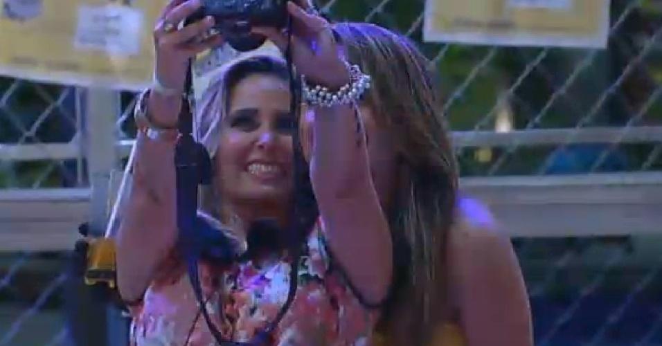 24.out.2014 - Andréia Sorvetão tira selfie com MC Bruninha