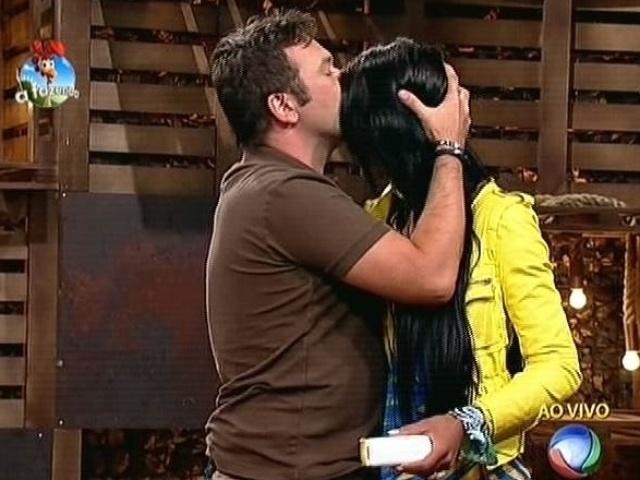 24.out.2014 - Felipeh Campos beija Lorena Bueri depois de vencê-la na quinta roça de
