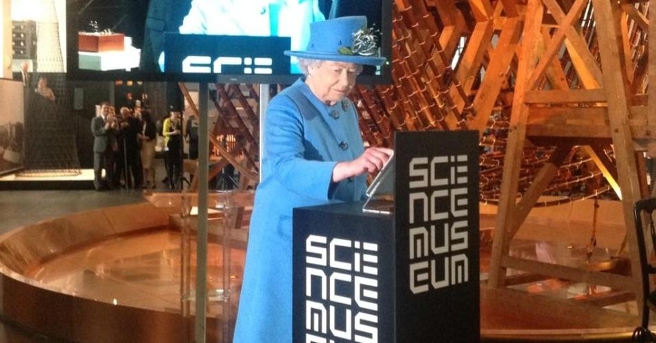 24.out.2014 - Rainha Elizabeth 2ª tuíta pela primeira vez no Science Museum, em Londres
