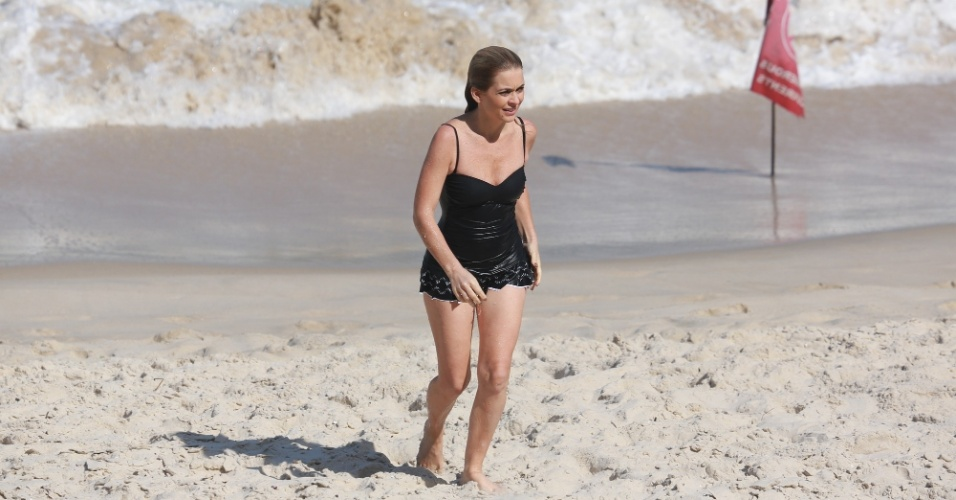 """24.out.2014- Aos 44 anos, Claudia Abreu mostra que está em ótima forma física após um mergulho no mar. A atriz não resistiu ao calor desta sexta-feira (24) e deu uma passada na praia ao lado de alguns parceiros de cena da novela """"Geração Brasil"""" como Luís Miranda e Felipe Abib"""