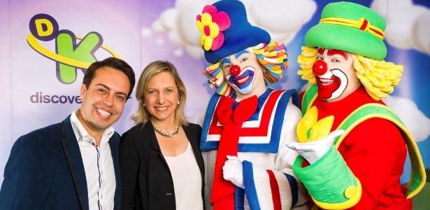 Rinaldi Faria posa com a vice-presidente de conteúdo da Discovery Networks Brasil, Monica Pimentel e Patati Patatá